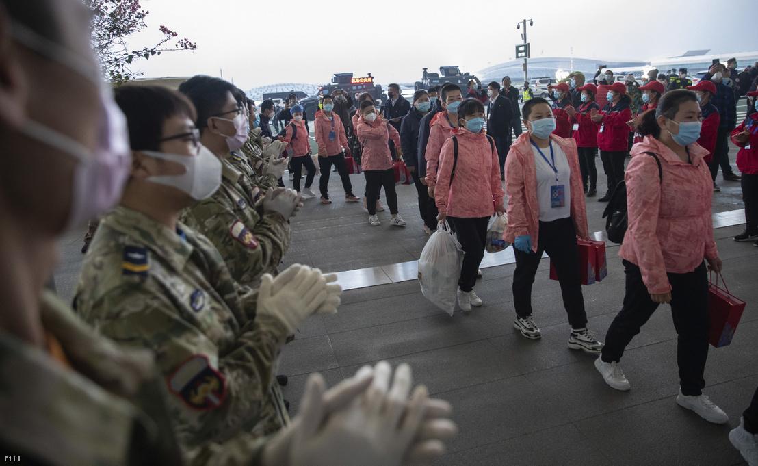 A koronavírus-járvány gyors terjedésének kezdetén Fucsien tartományból áthelyezett egyészségügyi dolgozók felszállnak az őket hazaszállító repülőgépre a közép-kínai Vuhan repülőterén 2020. március 18-én.