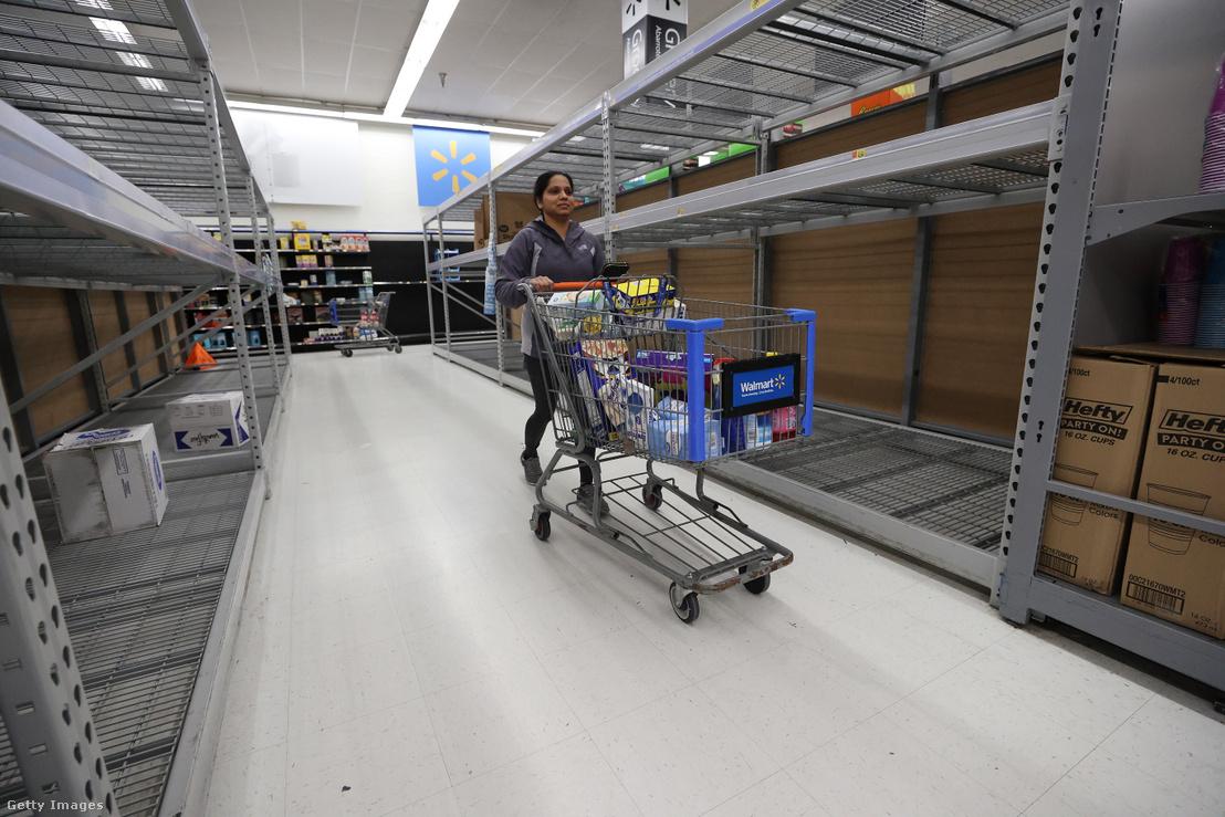 Kiürült polcok egy Walmart üzletben az Egyesült Államokban 2020 március 14-én.