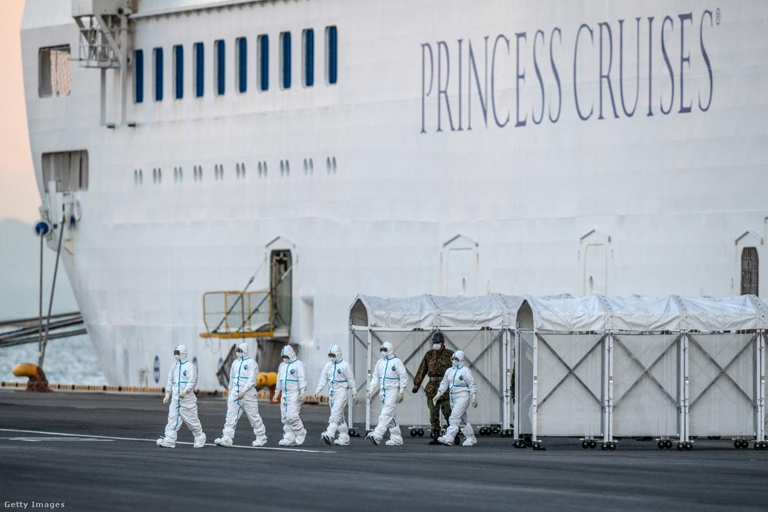 A korábban koronavírus fertőzés miatt karanténba helyezett Diamond Princess szállodahajó Yokahamában 2020 február 10-én