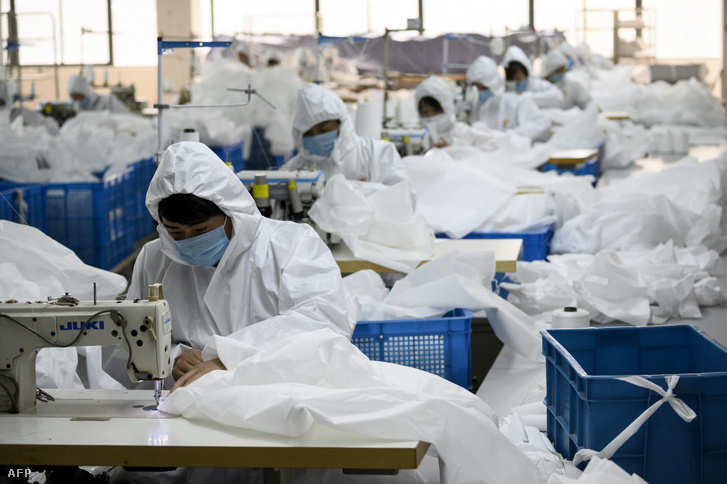 Védőfelszerelést varrnak egy kínai gyárba 2020 február 28-án.