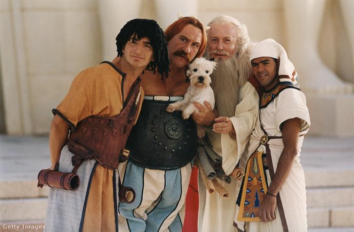 Edouard Baer, Gerard Depardieu, Claude Rich és Jamel Debbouze színészek az Asterix és Obelix: A Kleopátra-küldetés című film egyik jelenetében, 2002-ben.