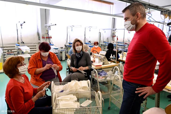 Peter Pellegrini Szlovákia miniszterelnöke a Zornics Banko Fashion textilüzemben, a szlovákiai Bánban 2020. március 17-én, ahol a a ruhák készítésről arcmaszkok gyártására álltak át.