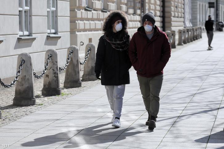 Járókelők a varsóban 2020. március 14-én.