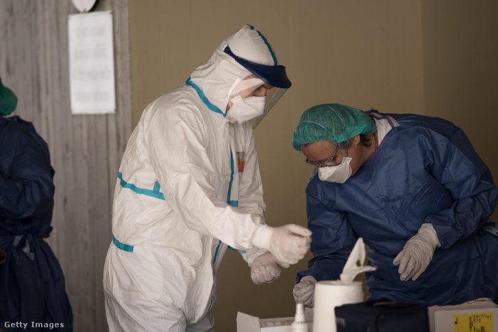 Olasz orvos maszkban és pajzsban egy bolognai kórházban 2020 március 21-én