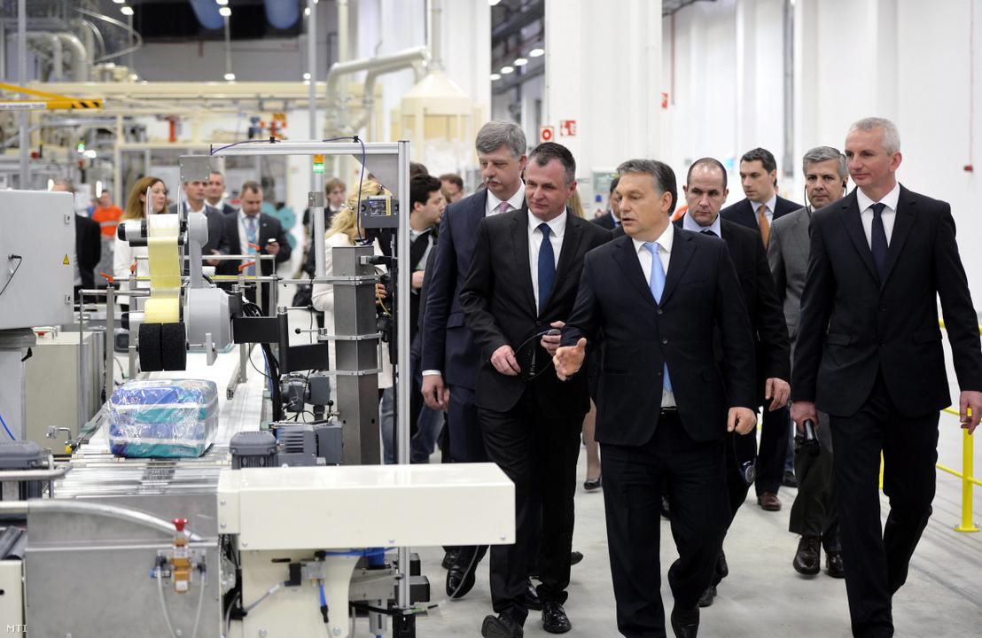 Orbán Viktor miniszterelnök a pelenkagyártósort a Procter Gamble (PG) újonnan átadott gyöngyösi gyárában Gyöngyösön 2014. március 11-én.