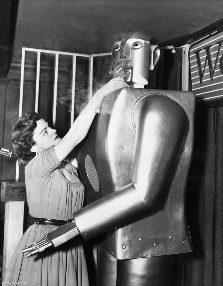 És végül ezt a robotot Elektrónak hívják, 1954-ben fényképezték őt, ha jól látjuk, már az aktus utáni cigarettáját szívja