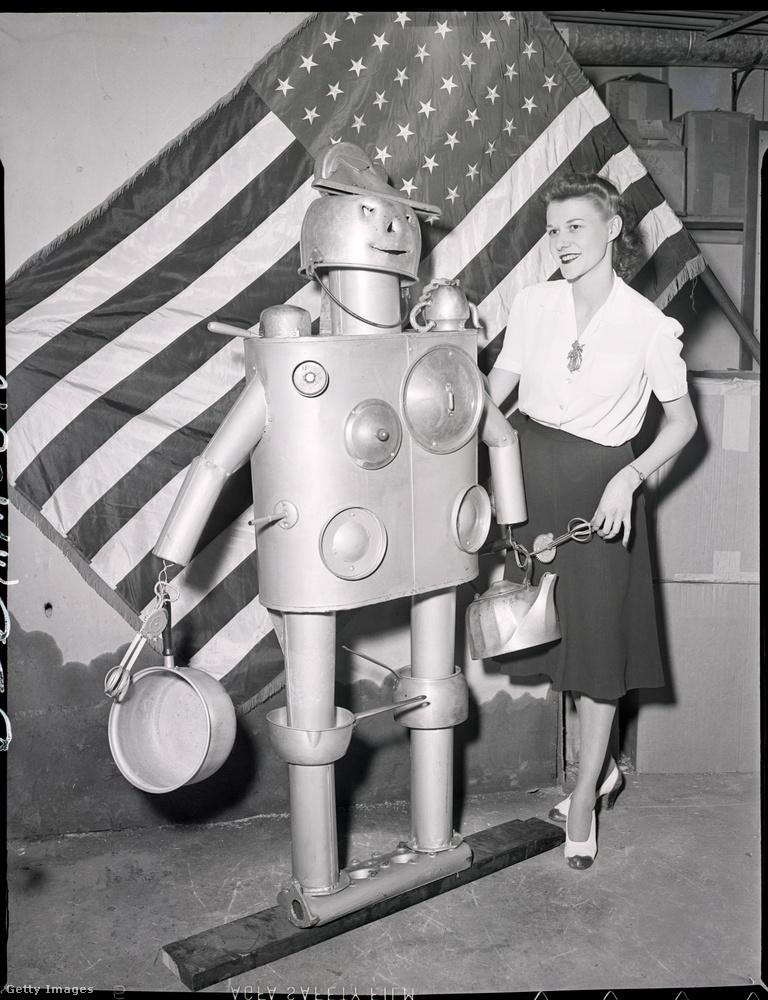 De már ez az 1941-es kép is azt volt hivatott alátámasztani, hogy a nők mennyire érdeklődnek a robotok iránt, akik az esetek döntő többségében férfinak voltak beállítva