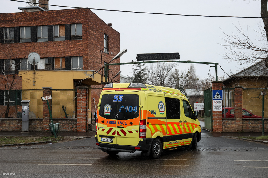 A koronavírus-fertőzött betegeket fogadó budapesti Szent László kórház mentőbejárata 2020. március 23-án