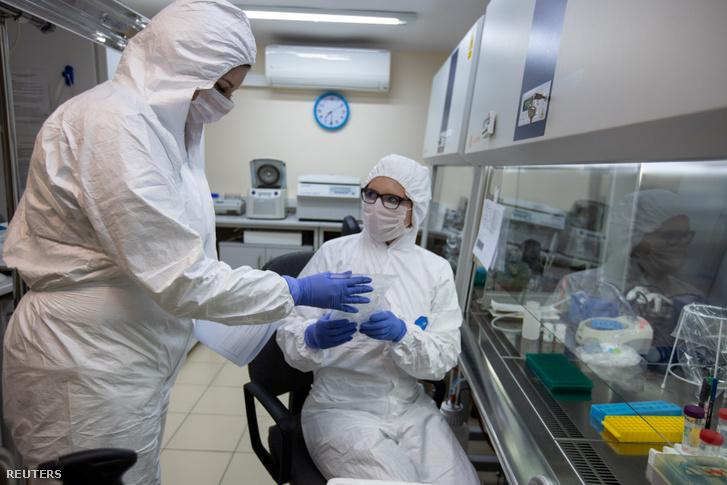 A lengyel tudományos akadémia kutatói egy poznani laborban vérmintákat vizsgálnak március 20-án