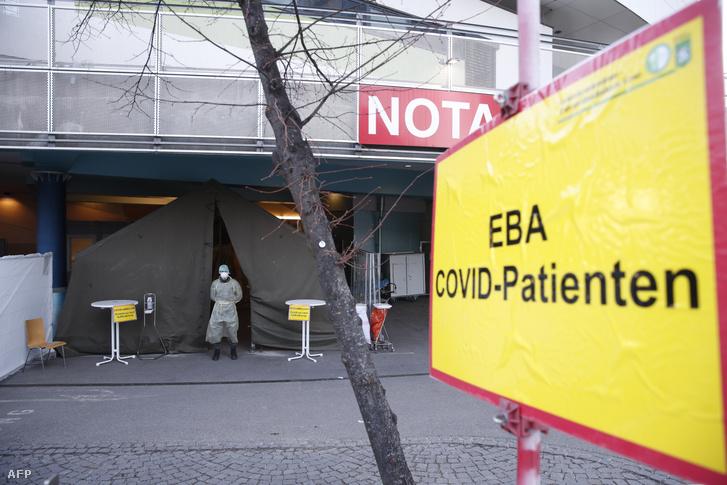 Maszkot viselő osztrák katona a grazi kórház koronavírusokat fogadó sürgősségi osztályának bejáratán 2020. március 23-án