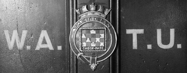 A WATU irodáinak ajtaja a címerrel