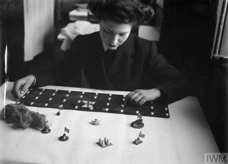 Egy wren rendezgeti a játékokhoz használt miniatűr hajókat. A bal oldalon lévő drótgomolyaggal a füstöt jelképezték.