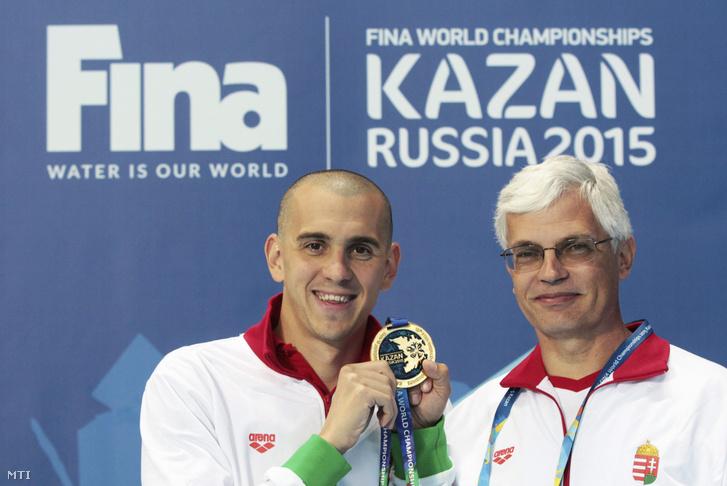 A győztes Cseh László mutatja aranyérmét, mellett edzője Plagányi Zsolt a 200 méteres pillangóúszás eredményhirdetése után a kazanyi vizes világbajnokságon 2015. augusztus 5-én