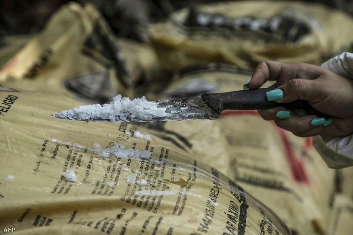 Sinaloai laborban lefoglalt metamfetaminból mintát vesz a rendőrség 2019. június 4-én