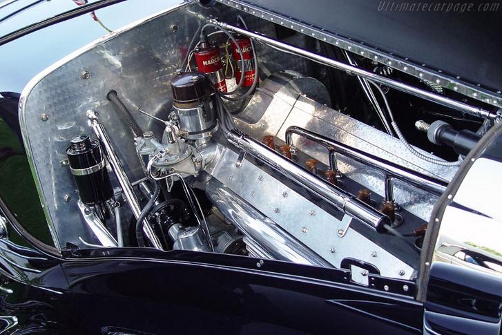 Ez itt a sornyolcas, két vezértengelyes motor