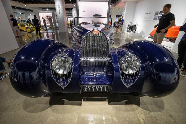 A patkó alakú maszk messziről mutatja: Bugatti