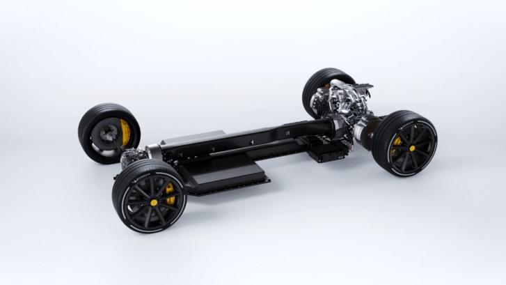 A jármű balra halad, tehát farmotoros. A kis háromhengerest hosszában építették be, alöl meg nincs differenciálmű, hanem lamellás kuplungok oldják meg a kiegyenlítő funkciót