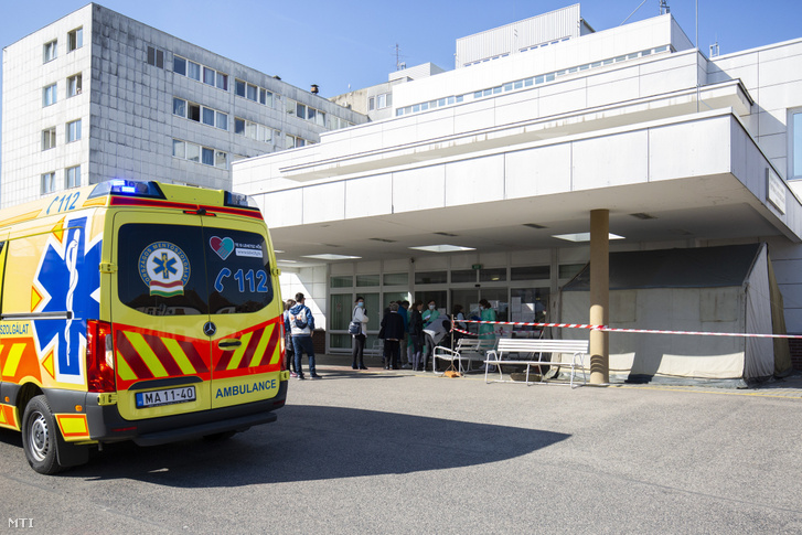 Vizsgálatra érkezők várakoznak a Kanizsai Dorottya Kórház előtt Nagykanizsán 2020. március 20-án.