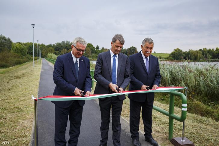 Balogh László, Cseresnyés Péter és Tóth Nándor átvágja a nemzeti színű szalagot a Nagykanizsát a Csónakázó-tóval összekötő új kerékpárút átadásán 2019. szeptember 6-án.