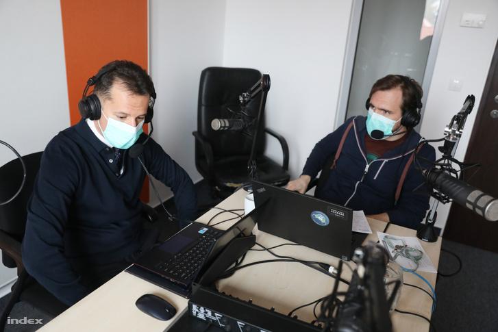 Dr. Mayer M. Balázs és Csurgó Dénes az Index podcast stúdióban