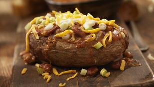 Így lesz a maradék pörköltből gyors vacsora: mexikói húsos töltött burgonya sajttal