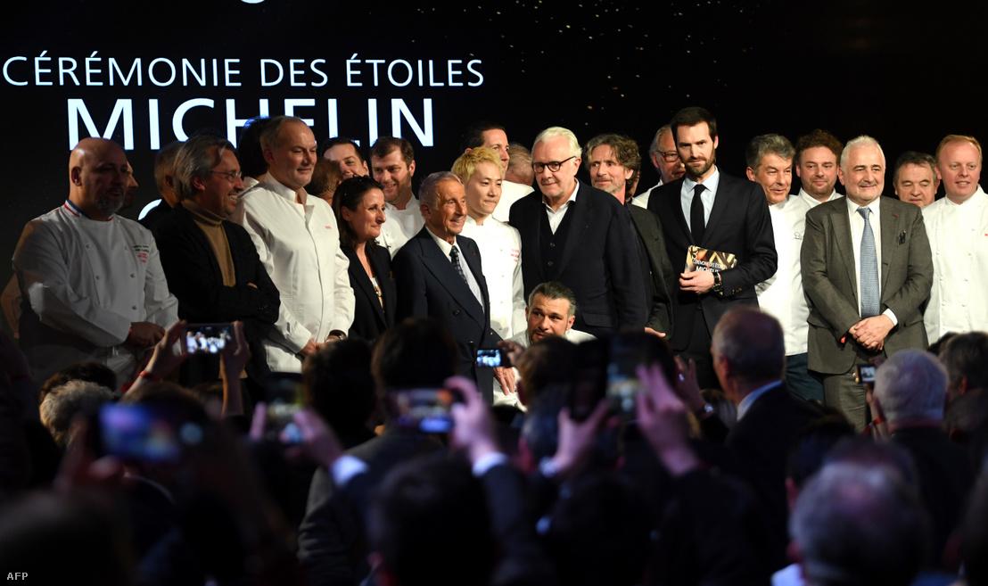 Kei Kobayashi (középen) pózol egy csoportképhez a többi Michelin-kalauz díjazottakkal a párizsi Michelin Guide 2020 gálán január 27-én