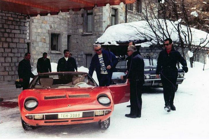 A sahnak tucatjával voltak Ferrarijai, Lamborghiniből is akadt vagy tíz. Csak Miurából négyet tartott