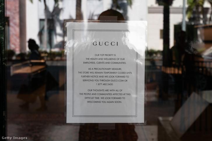 Közlemény egy vírus miatt bezárt Los Angeles-i Gucci-üzlet ajtaján