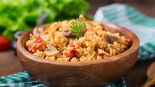 Ha csak egy kis adag pörkölt maradt, meleg rizses-húsos salátával mentsd meg a vacsorát!