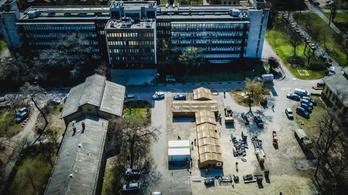 Tábori kórházat állítottak fel a katonák a Szent László Kórház udvarán