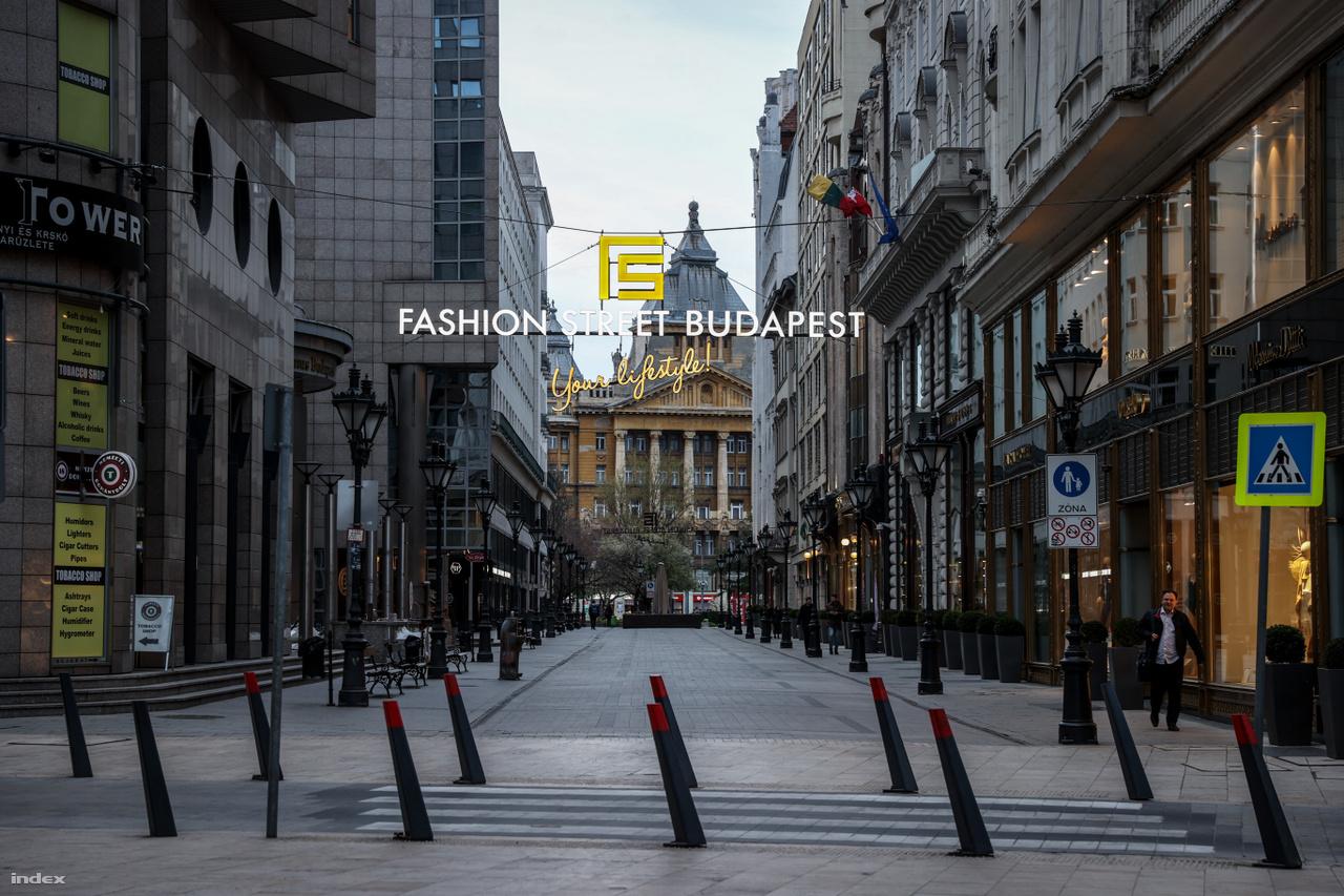 Budapesten nincs ugyan kijárási tilalom, de rengetegen önként nem lépnek ki az utcára, pláne nem vásárolnak nem nélkülözhetetlen holmikat, ez látszik ezen a március 24-i fotón is. Amúgy pedig a divatipar is próbálja tartani a lépést a járvánnyal: menő luxusdivatmárkák is átállnak az arcmaszkgyártásra.