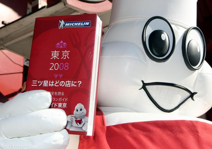 Michelin kabalafigura tartja a kezében a Michelin-kalauz 2008-as kiadását Tokióban 2007. november 21-én