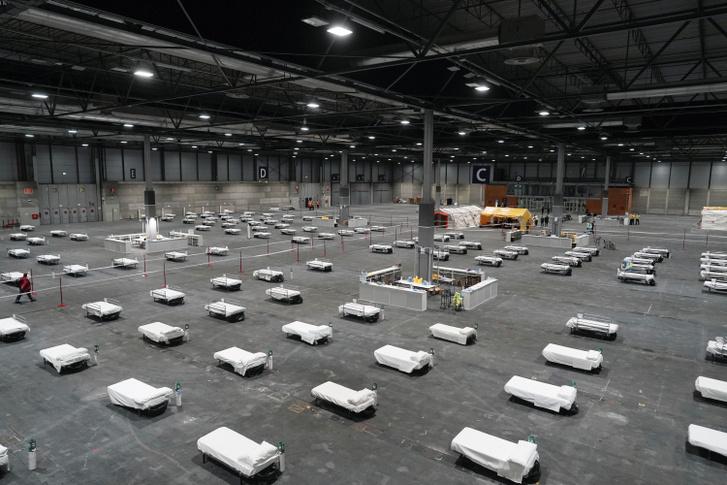 A madridi Ifema kongresszusi központban kialakított ideiglenes sürgősségi kórház 2020. március 22-én.
