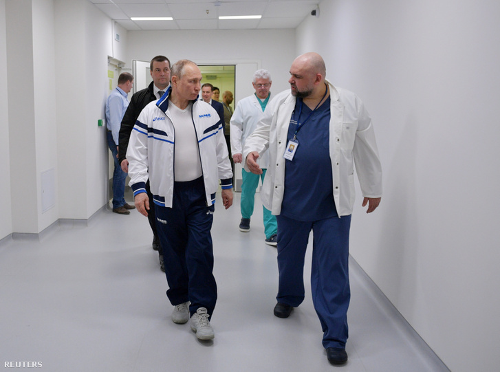 Vlagyimir Putyin (balra) meglátogatta a koronavírus fertőzötteknek fenntartott kórházat Moszkva külterületén 2020. március 24-én, mellette Gyenyisz Porocenko a kórház vezetője