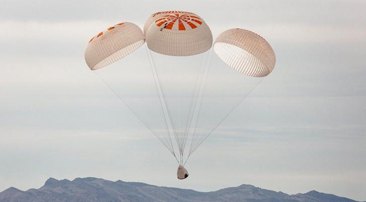 Egy korábbi SpaceX Crew Dragon ernyőteszt fotója