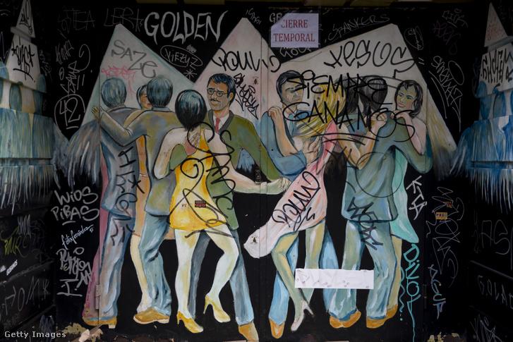 Átmeneti zárvatartásról tájékoztat egy felirat egy madridi bár ajtaján március 15-én