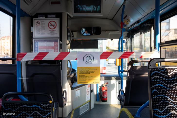 Az utasokat a buszvezetőtől elválasztó szalag egy BKV buszon 2020 március 20-án