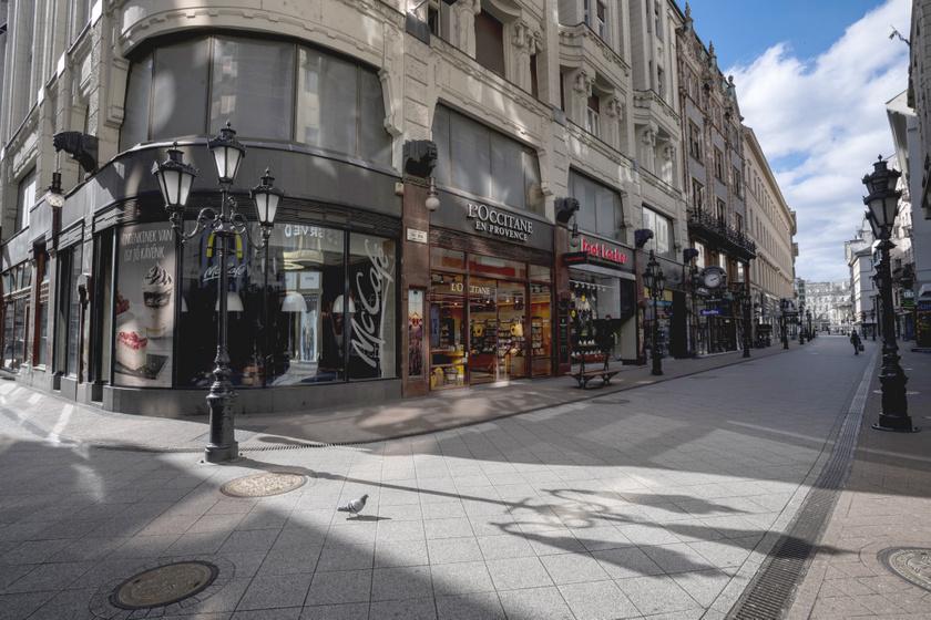 Budapest egyik legforgalmasabb utcája, a Váci utca most szinte teljesen üres. A fotó 2020. március 22-én készült.