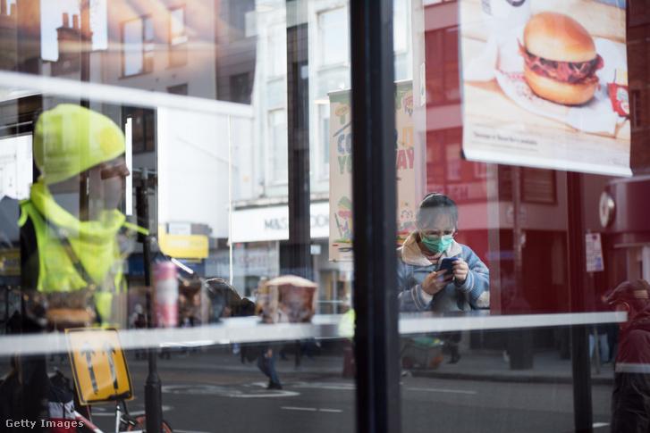 Vendégek egy londoni Burger King étteremben