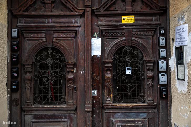 Airbnb-s lakások kulcsszéfjei az egyik Wesselényi utcai társasház bejáratán