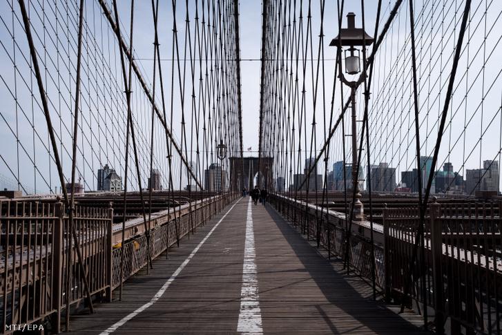 Szinte néptelen a New York-i Brooklyn híd gyalogjárója 2020. március 18-án.