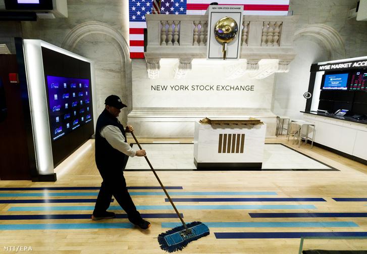 Munkás takarít a teljesen üres New York-i értéktőzsdén 2020. március 20-án.