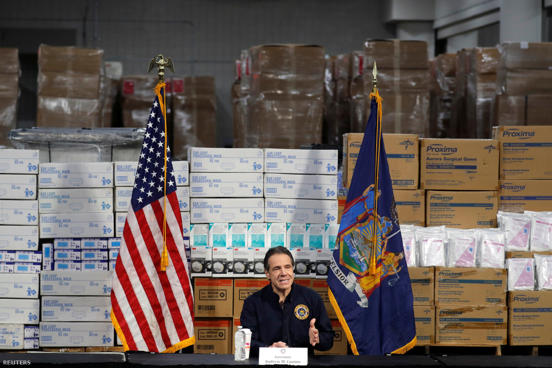 Andrew Cuomo New York állam kormányzója a kongresszusi központként használt Javits Center kórházzá alakításáról tart tájékoztatót a helyszínen