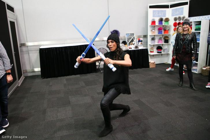 Rosario Dawson a 2019-es Comic Conon gyakorol a fénykardokkal