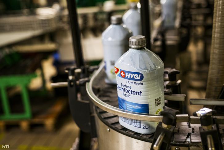 A MOL által 2020. március 25-én közreadott felvétel a MOL Hygi fertőtlenítőszer gyártásáról a cég almásfüzitői gyárában.