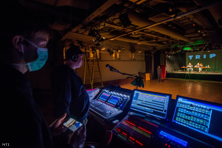 Technikusok az Első Magyar Karantén-színház Dennis Kelly After the End című interneten közvetített előadása közben