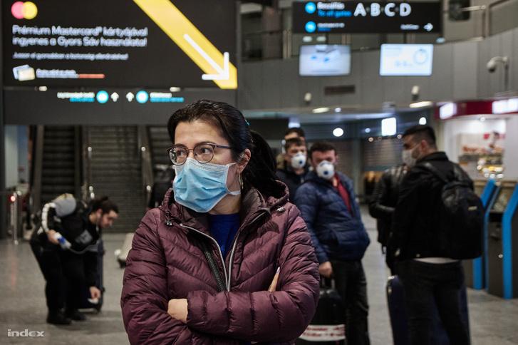 Várakozó utasok a ferihegyi repülőtéren