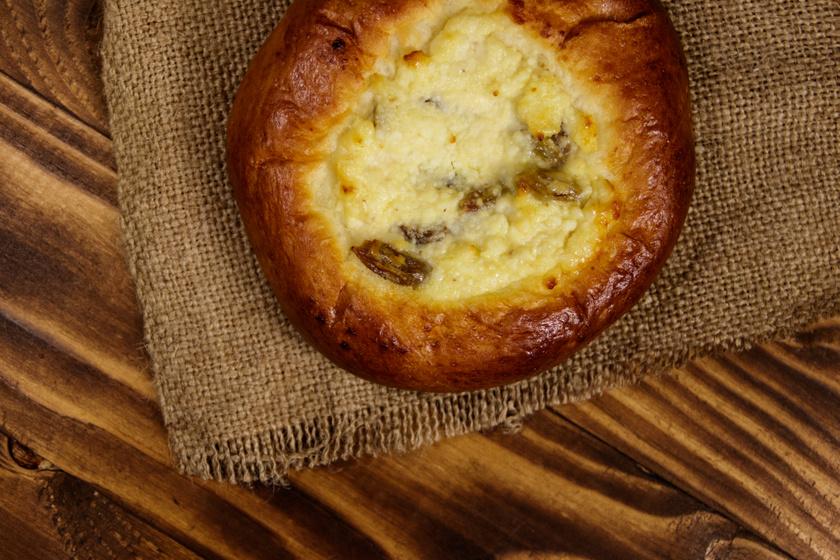 Édes túrós ökörszem puha, foszlós kelt tésztából: az egyik legfinomabb süti