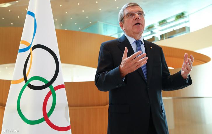 Thomas Bach a Nemzetközi Olimpiai Bizottság a NOB elnöke a 2020-as tokiói nyári olimpia koronavírus-járvány miatt történt elhalasztásáról nyilatkozik a testület lausanne-i székházban 2020. március 25-én.