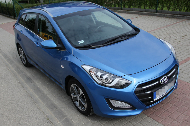 Fél éve a Hyundai i30-ast is kipróbáltuk használtként. Komfort és gyakorlatiasság tekintetében nagyjából egy ligában játszanak, viszont a koreai kedveltsége felfelé ível, a franciáé szinten maradt